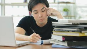 estudante focado na leitura